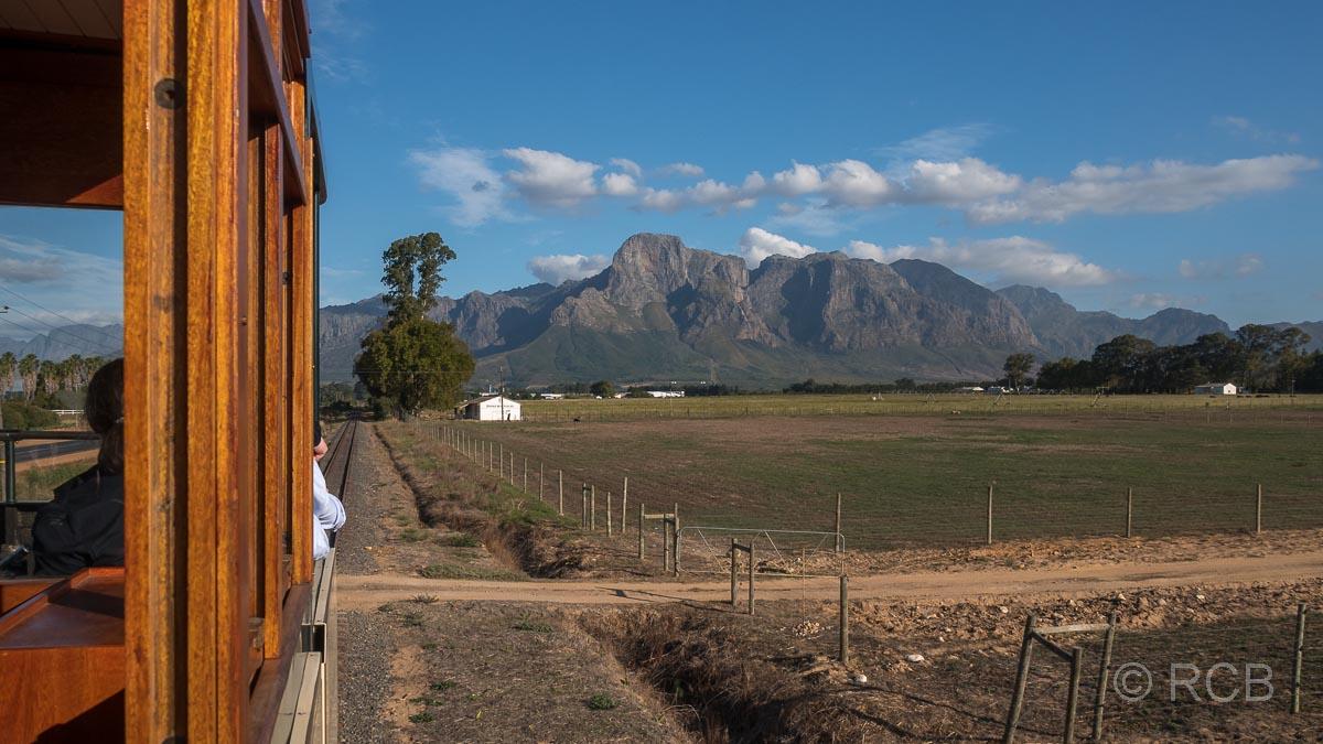 """Rückfahrt mit der """"Wine Tram"""", Blick auf die Drakenstein-Berge"""
