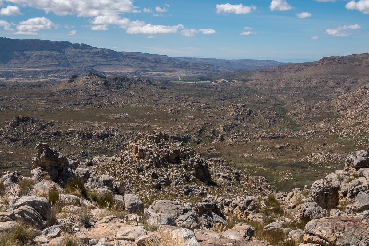 Blick über weite Landschaft beim Abstieg zurück ins Tal des Dwarsrivier