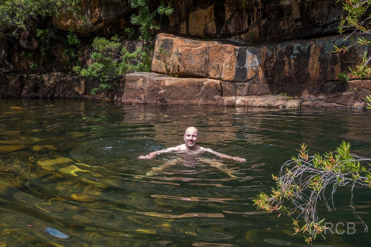 Mann badet im Disa Pool