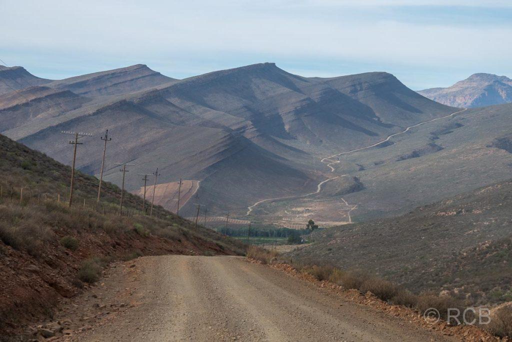eine Straße schlängelt sich durch die Hügel der Cederberge