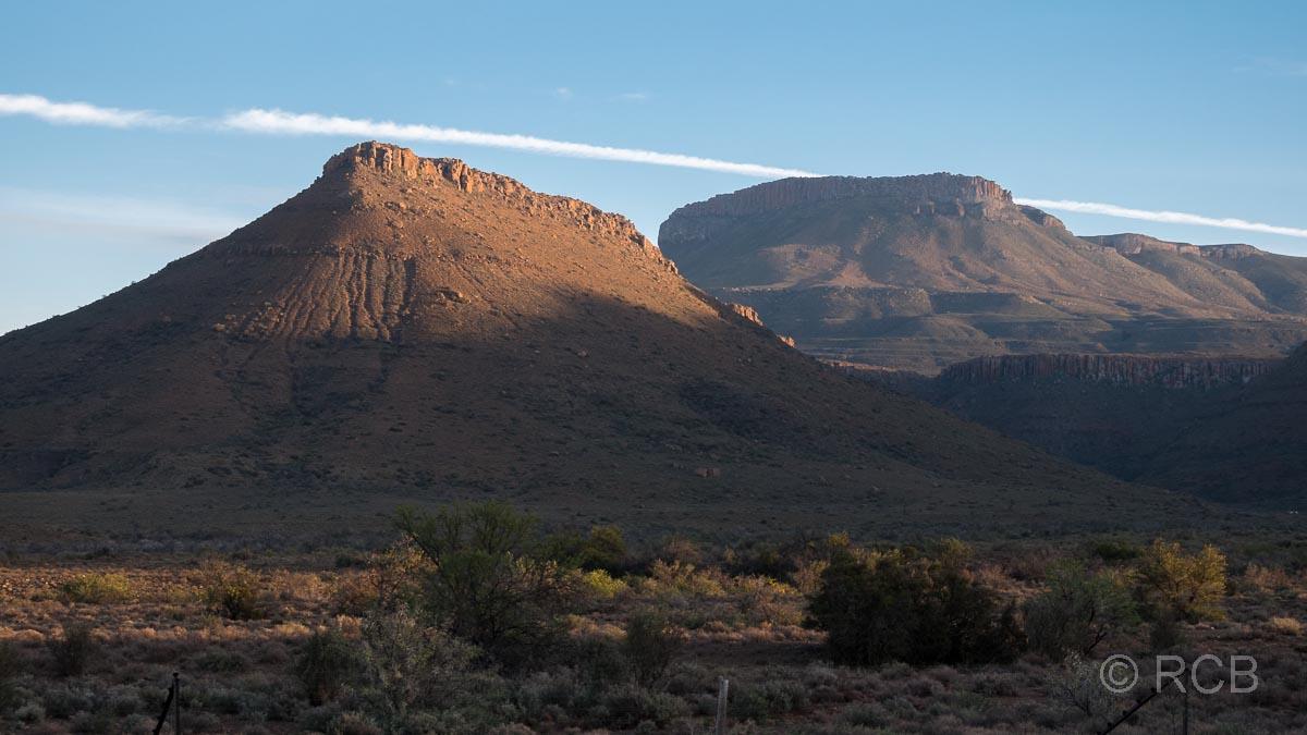 Sonnenaufgang über den Hügeln im Karoo NP