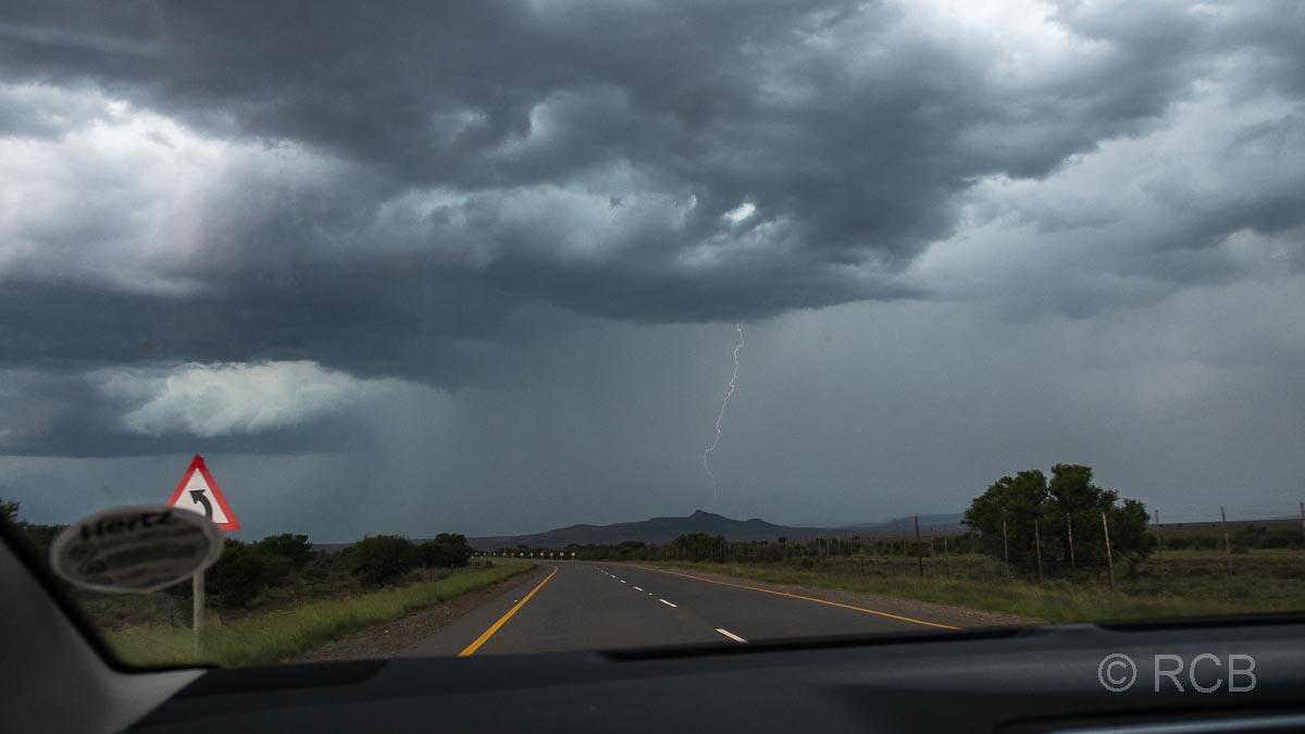 Gewitter und Blitz aus dem Auto heraus auf der Fahrt zum Mountain Zebra National Park