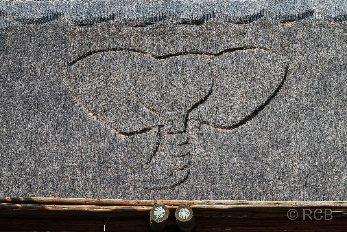 Reetdach mit dem Relief eines Elefantenkopfes im Addo Elephant National Park