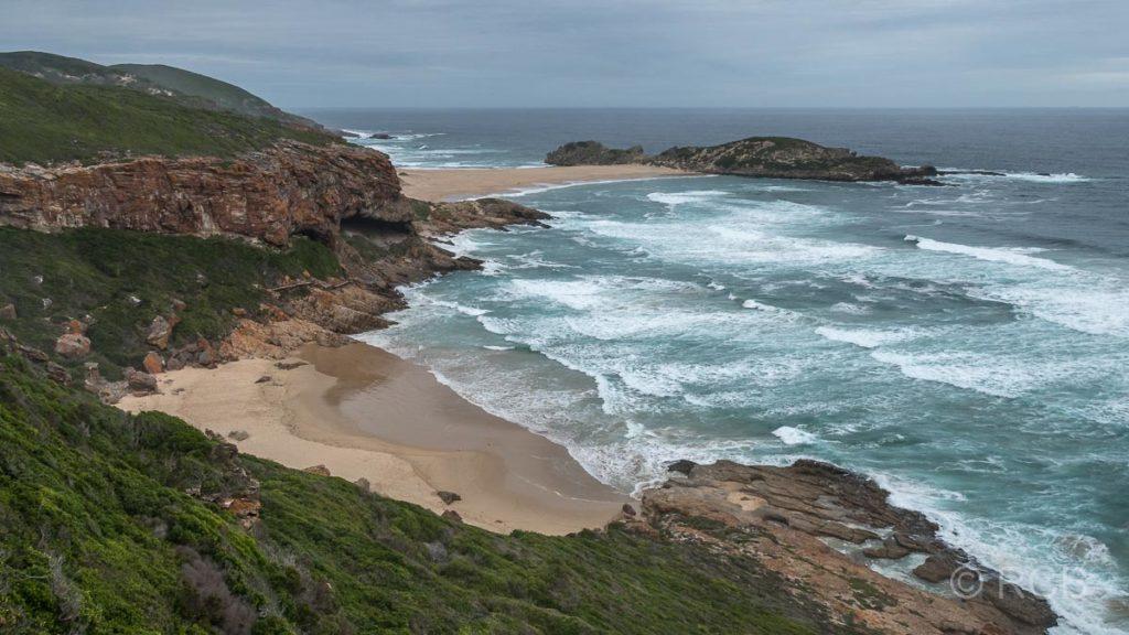 Blick über die Küste der Robberg Peninsula auf Die Eiland