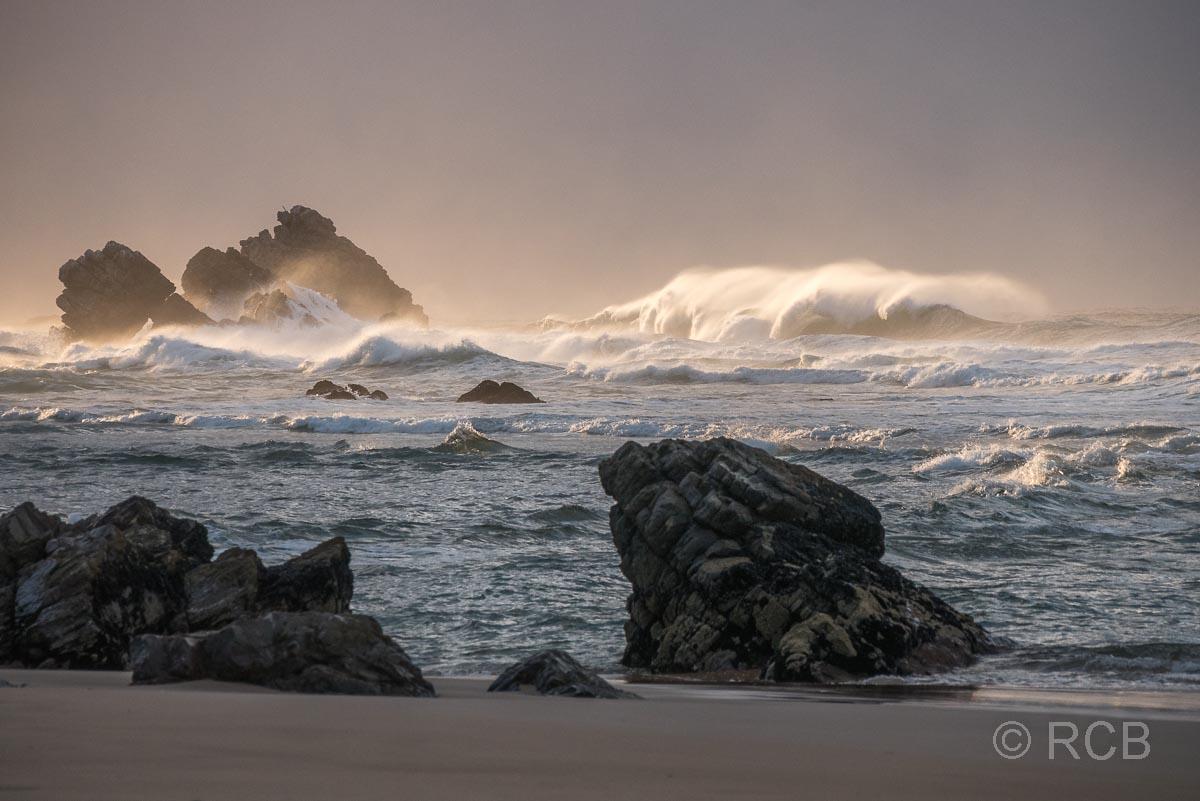 Brechende Wellen zum Sonnenaufgang am Keurboomstrand