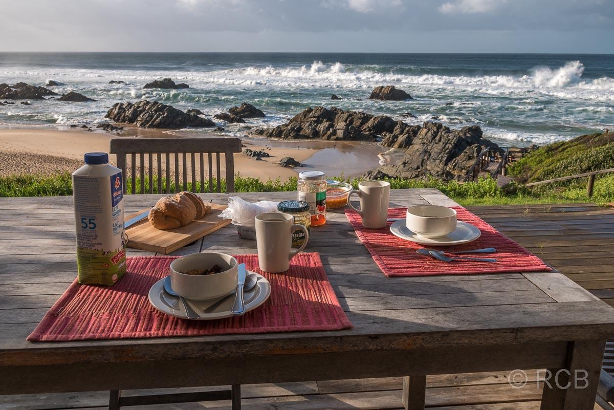 gedeckter Frühstückstisch oberhalb des Strandes von Keurboomstrand