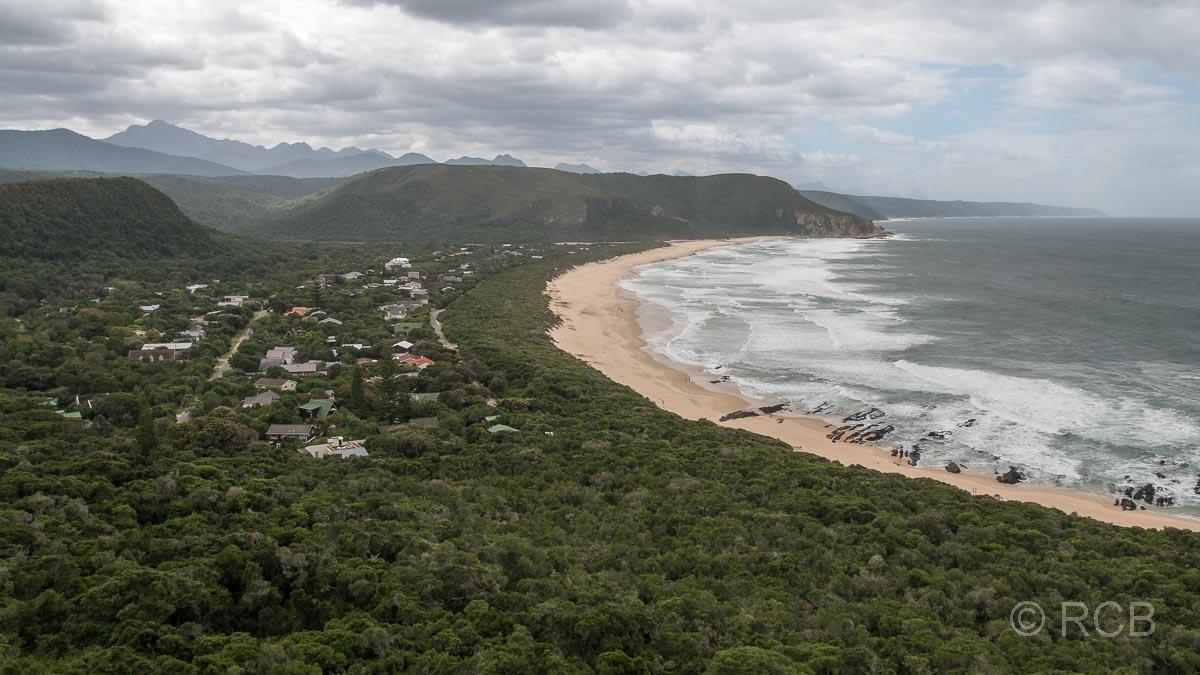 Blick von oben auf Strand, Wald und den Ort Nature's Valley
