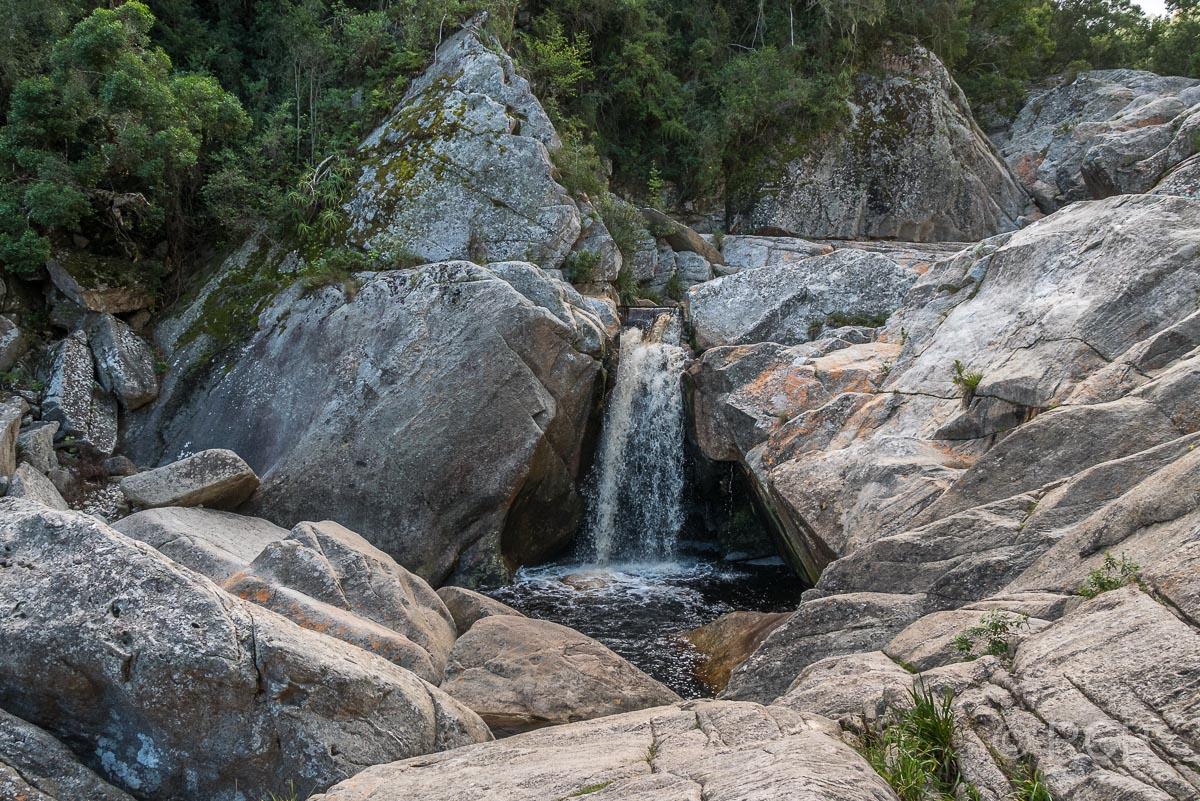 Wasserfall am Ende des Half Collared King Fisher Trail bei Wilderness