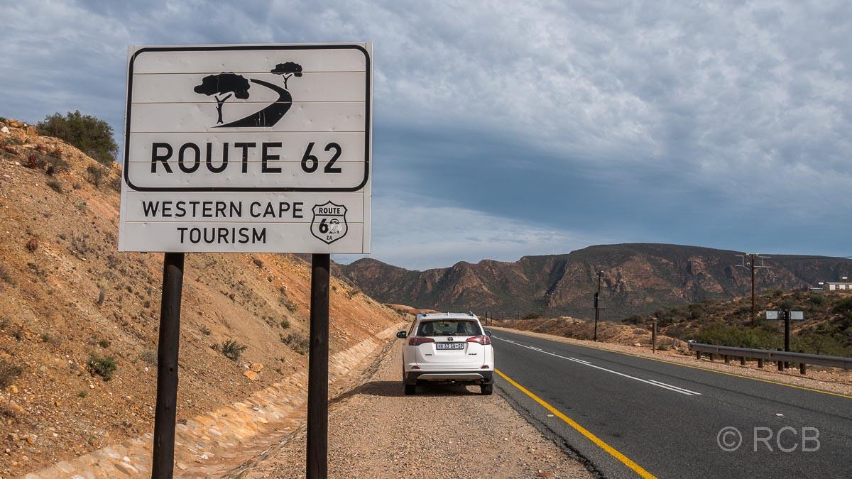 PKW am Straßenrand auf der Route 62 hinter einem touristischen Schild