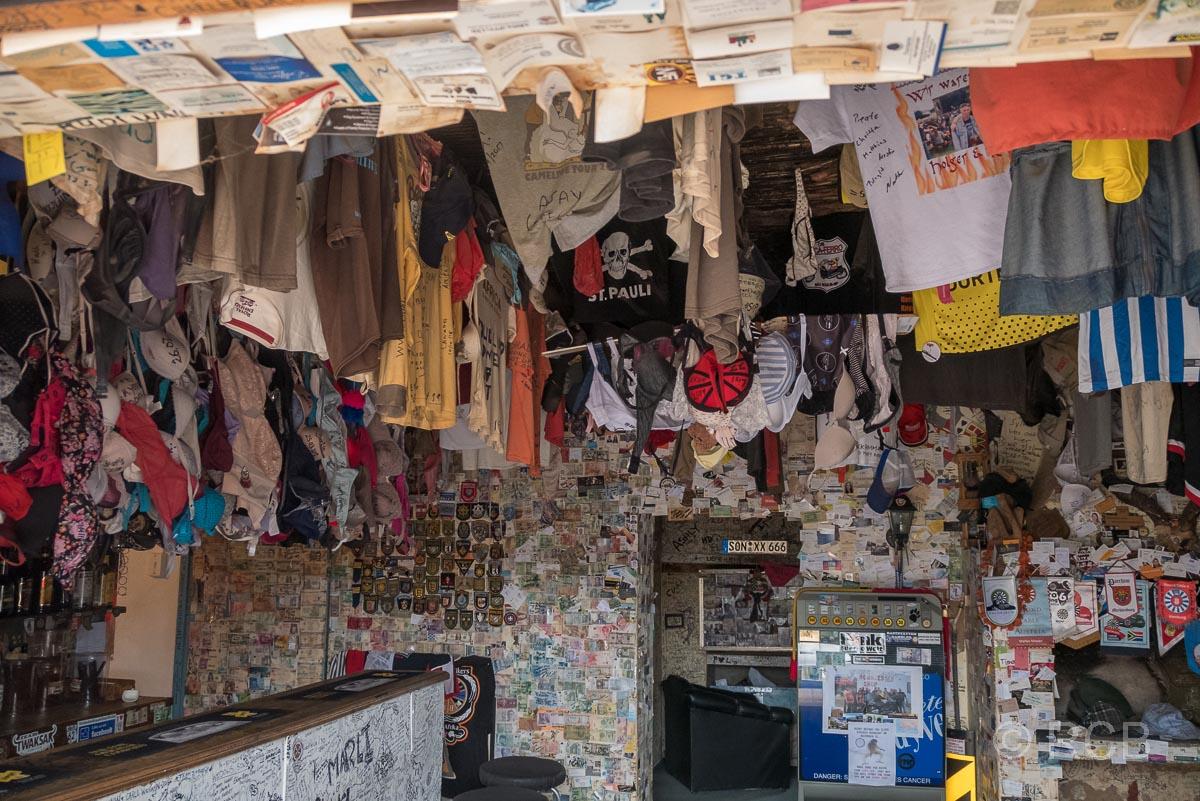 Geldscheine an den Wänden und Wäsche, die von der Decke hängt, in Ronnie's Sex Shop an der Route 62