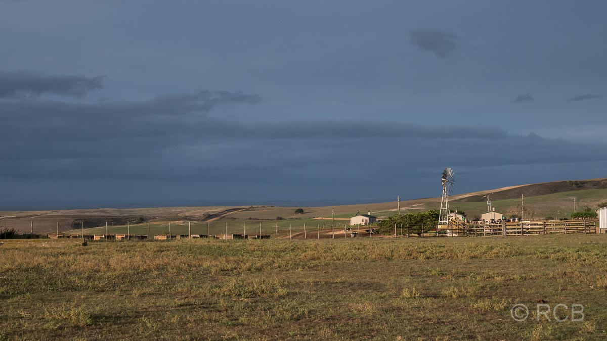 dunkler Himmel über einem Windrad auf der Potteberg Guest Farm