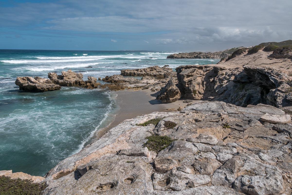 von Felsen umgebener Strand, De Hoop Nature Reserve