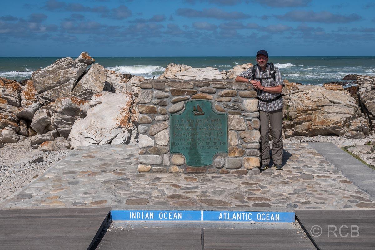 Mann am Cape Agulhas, dem südlichsten Punkt des afrikanischen Kontinents