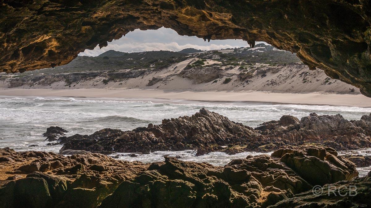 Blick aus der Klipgat Cave hinaus zum Die Plaat-Strand