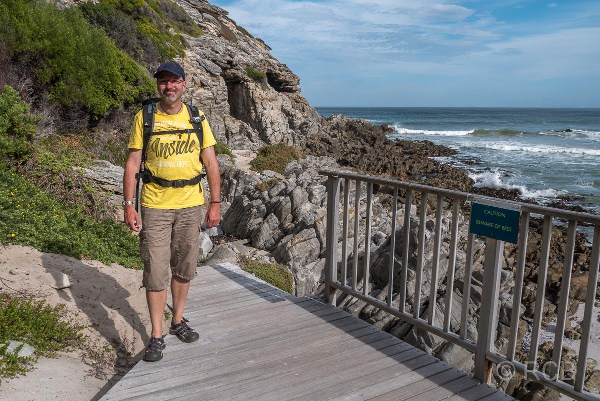 Mann vor der Klipgat Cave