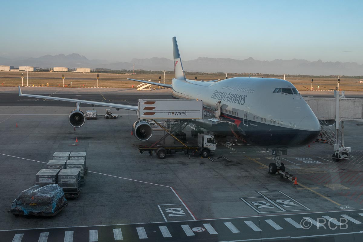 eine Boeing der British Airways auf dem Flughafen Kapstadt wartet auf den Abflug