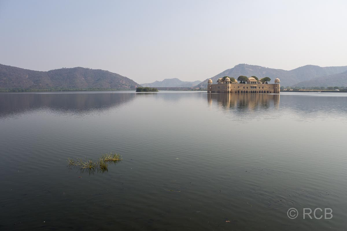 Palast Jal Mahal inmitten eines Sees bei Jaipur