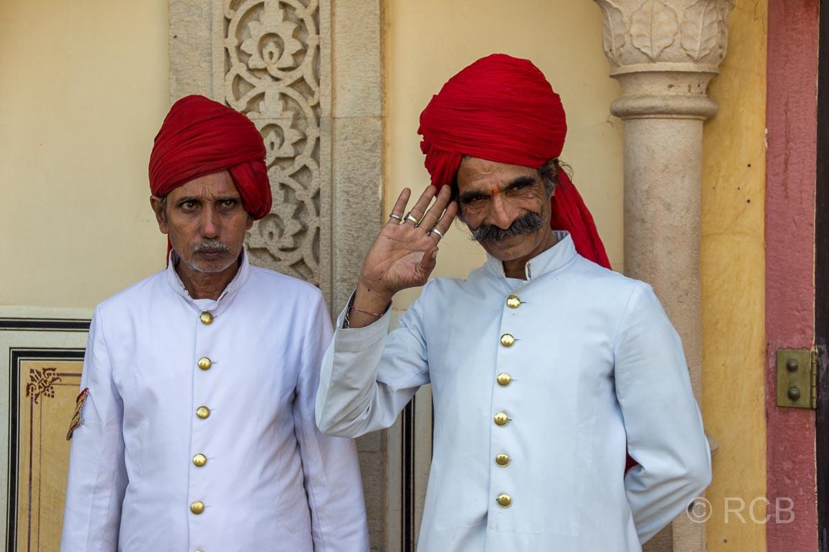 Jaipur, Stadtpalast, grüßende Wächter
