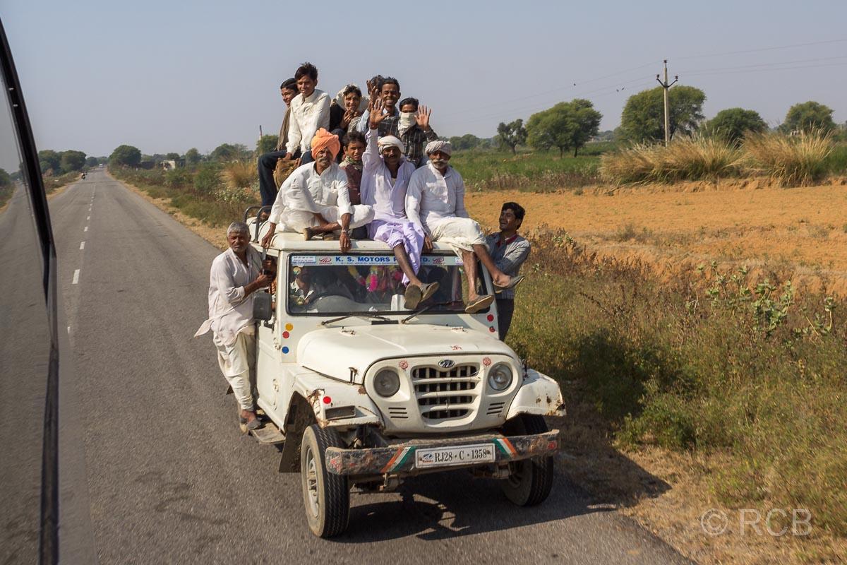 mit Personen überladener Jeep Fahrt durch Rajasthan