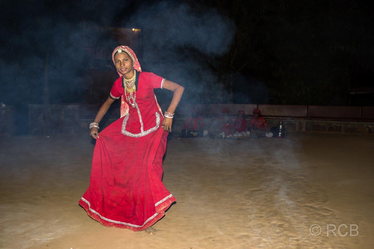 Tänzerin am Abend im Garten des Hotels Ramthambore Forest Lodge
