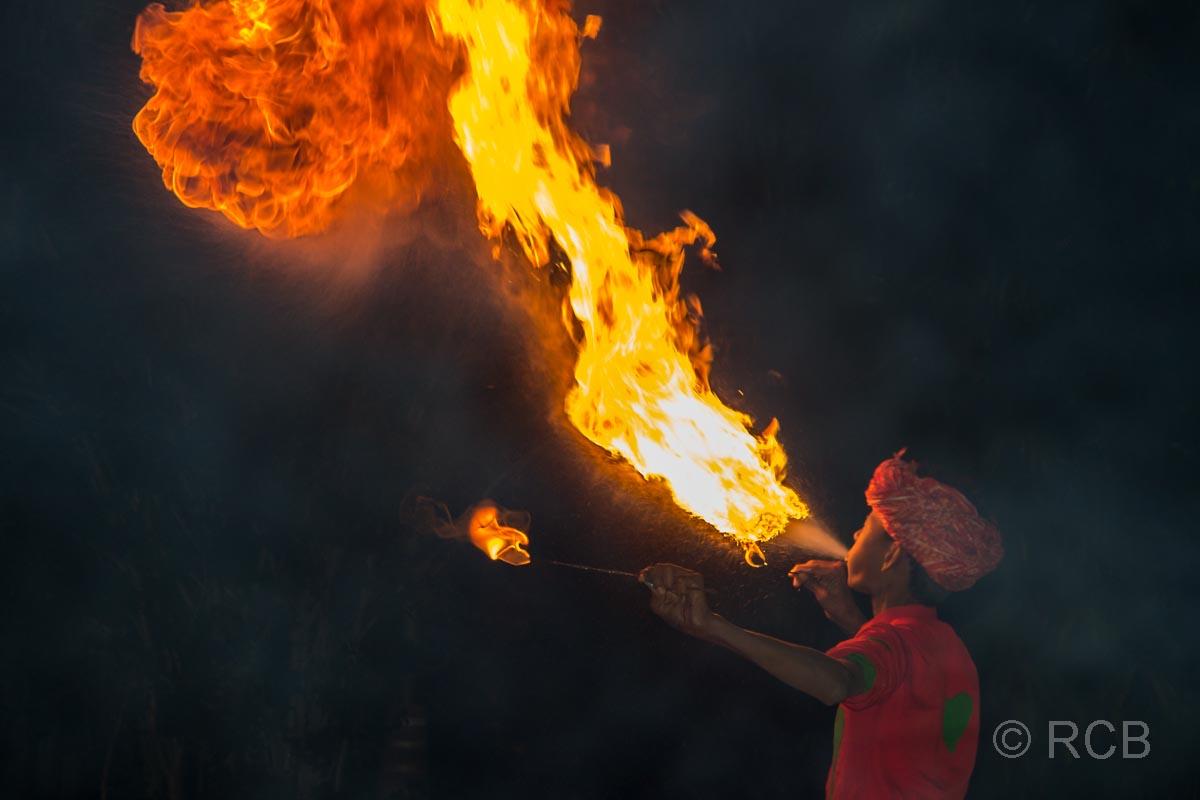 Feuerschlucker am Abend im Garten des Hotels Ramthambore Forest Lodge