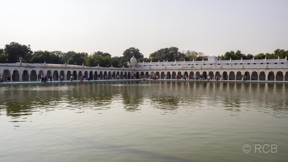 Wasserbecken im Hof des Sikh-Tempel Bangla Sahib Gurudwara, Delhi