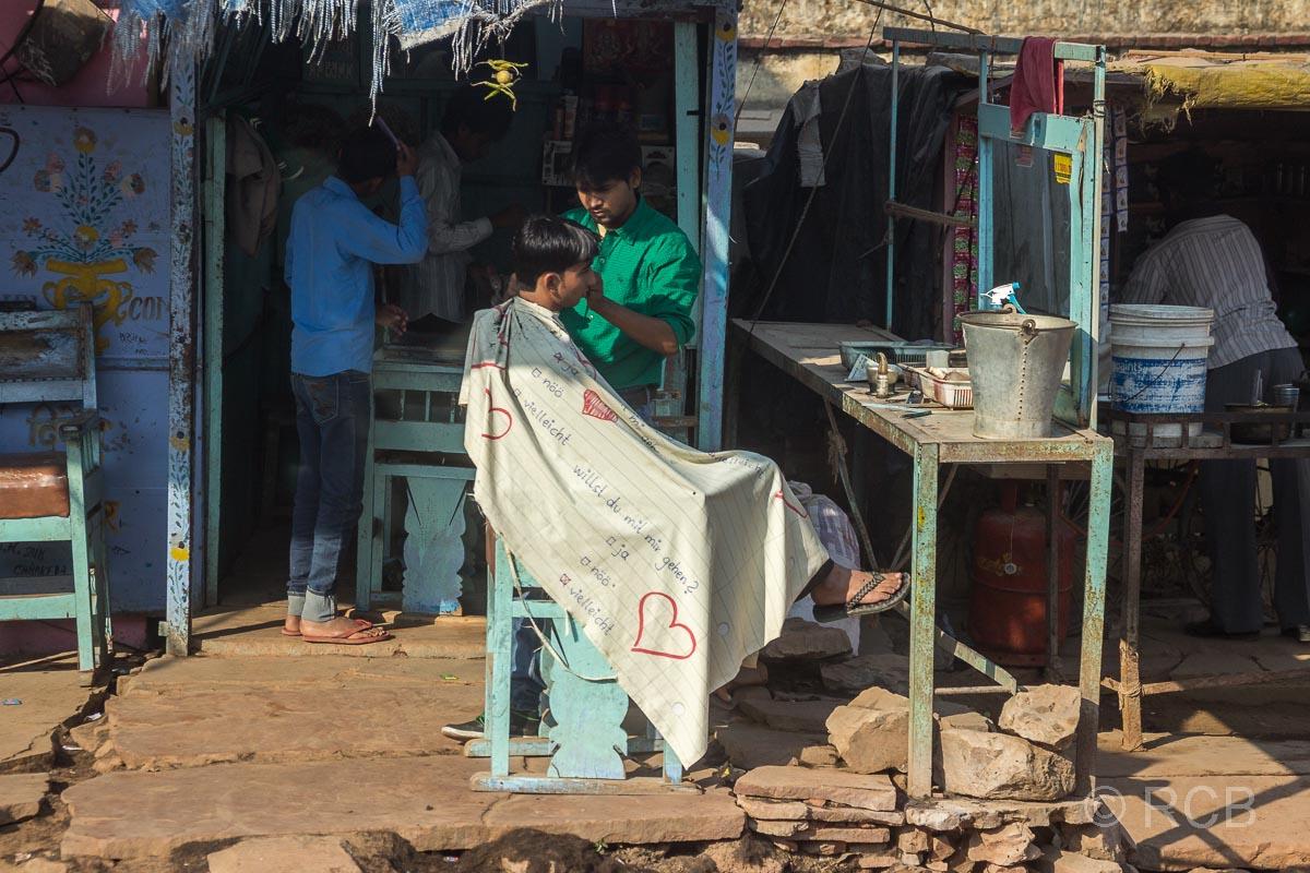 Friseur auf der Fahrt durch Rajasthan