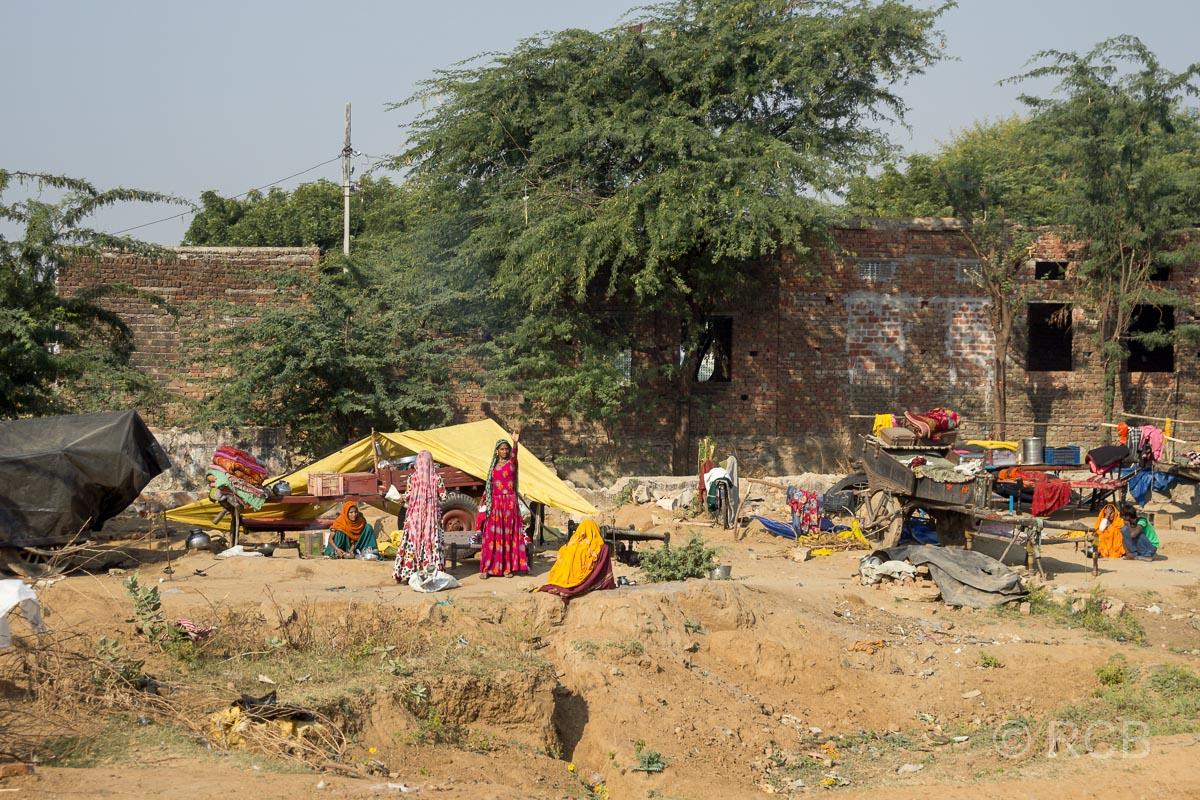 Menschen winken auf der Fahrt durch Rajasthan