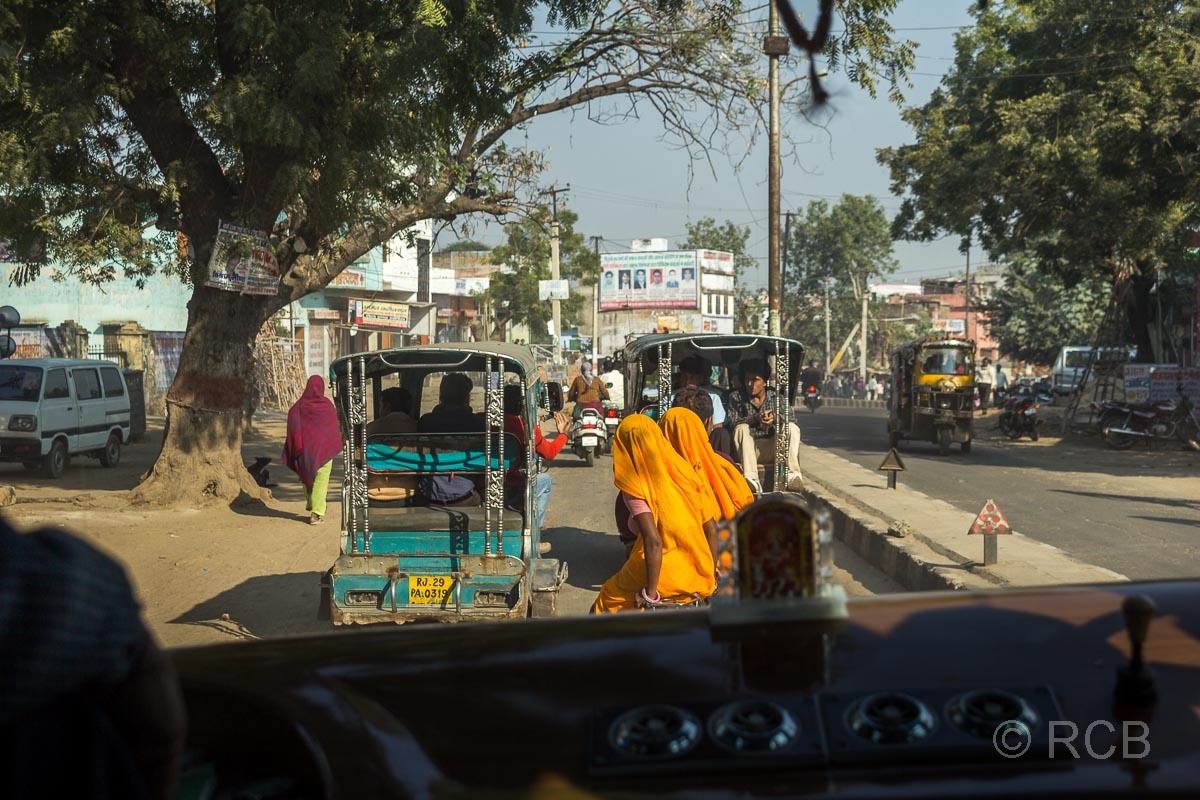 Straßenszene auf der Fahrt durch Rajasthan