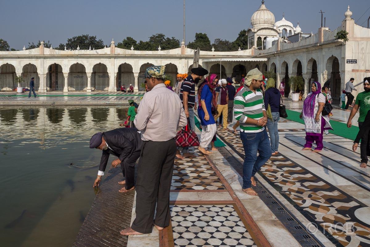 Männer am Wasserbecken des Sikh-Tempel Bangla Sahib Gurudwara, Delhi