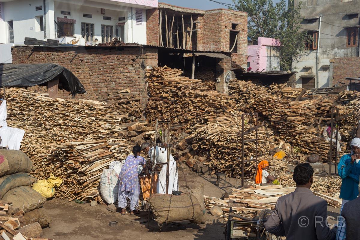 Holzhandel auf der Fahrt durch Rajasthan