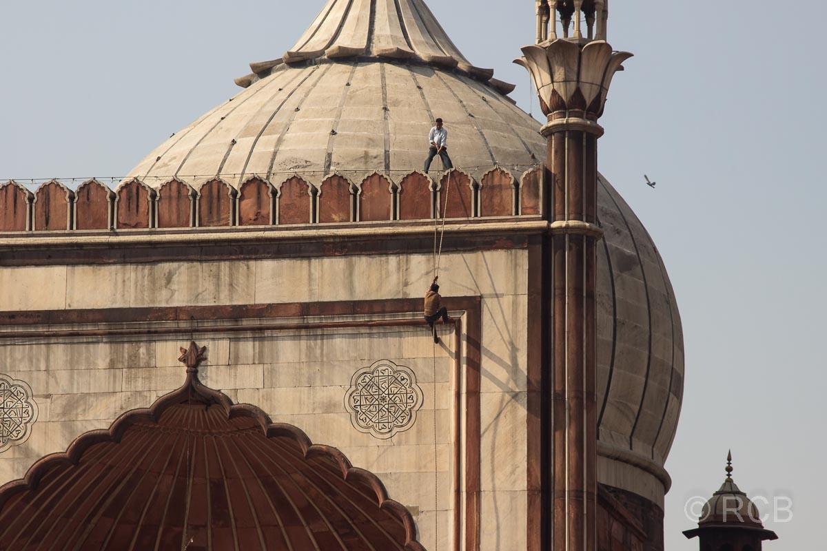 Handwerker erklettern das Dach der Freitagsmoschee, Delhi