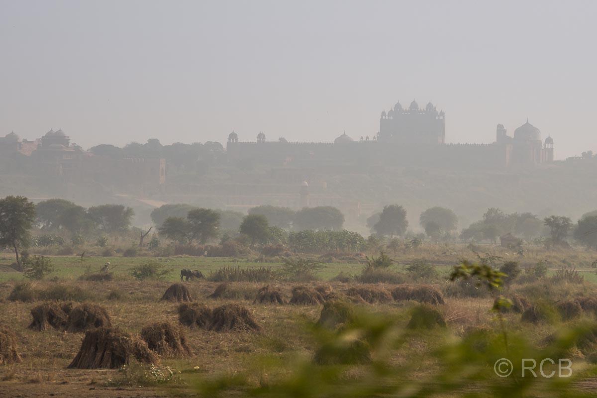 Blick auf die Festung Fatehpur Sikri im Dunst in der Ferne