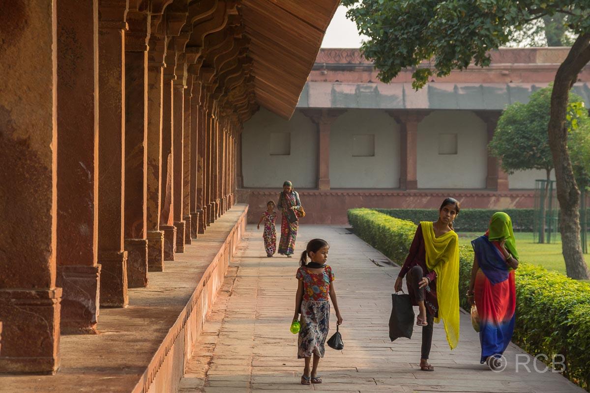 Touristen gehen durch Fatehpur Sikri