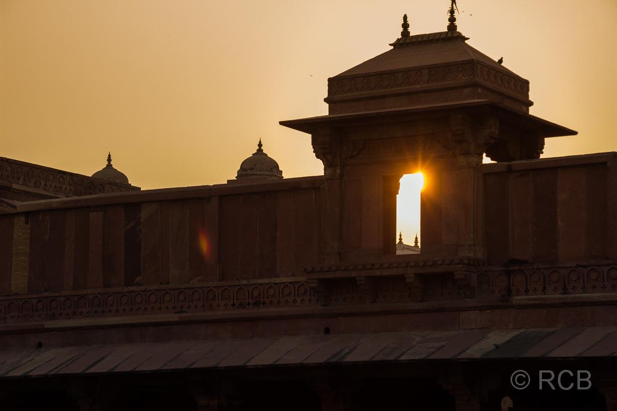 Fatehpur Sikri, die untergehende Sonne scheint unter einer Kuppel hindurch