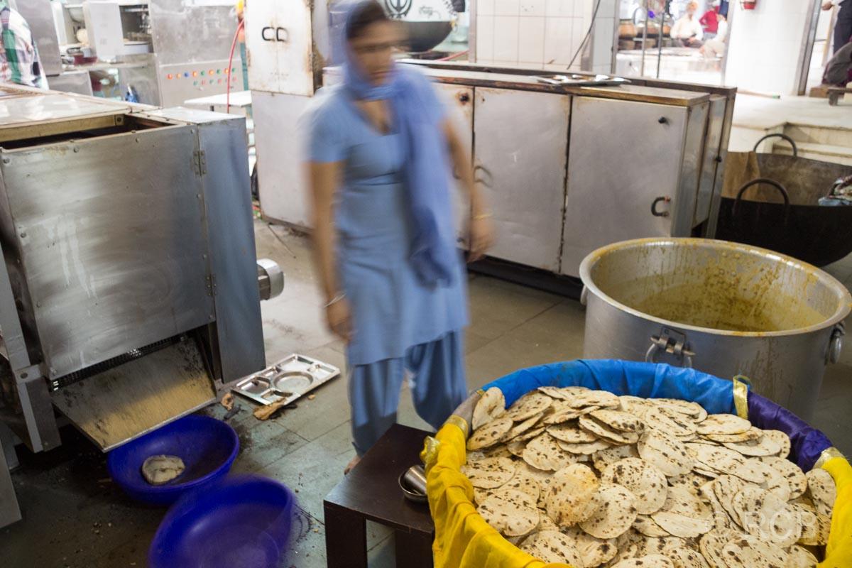 Fladenbrote bei den Vorbereitungen für die Speisung im Sikh-Tempel Bangla Sahib Gurudwara, Delhi