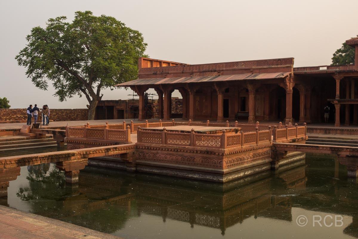 Fatehpur Sikri, Terrasse an einem Teich