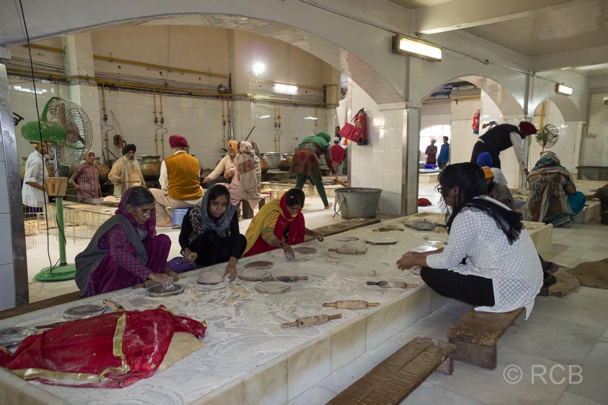 Frauen formen Fladenbrote bei den Vorbereitungen für die Speisung im Sikh-Tempel Bangla Sahib Gurudwara, Delhi