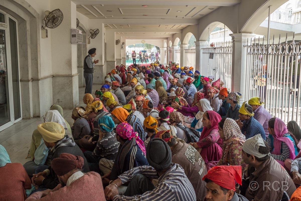 Menschen warten in Massen auf die Speisung im Sikh-Tempel Bangla Sahib Gurudwara, Delhi