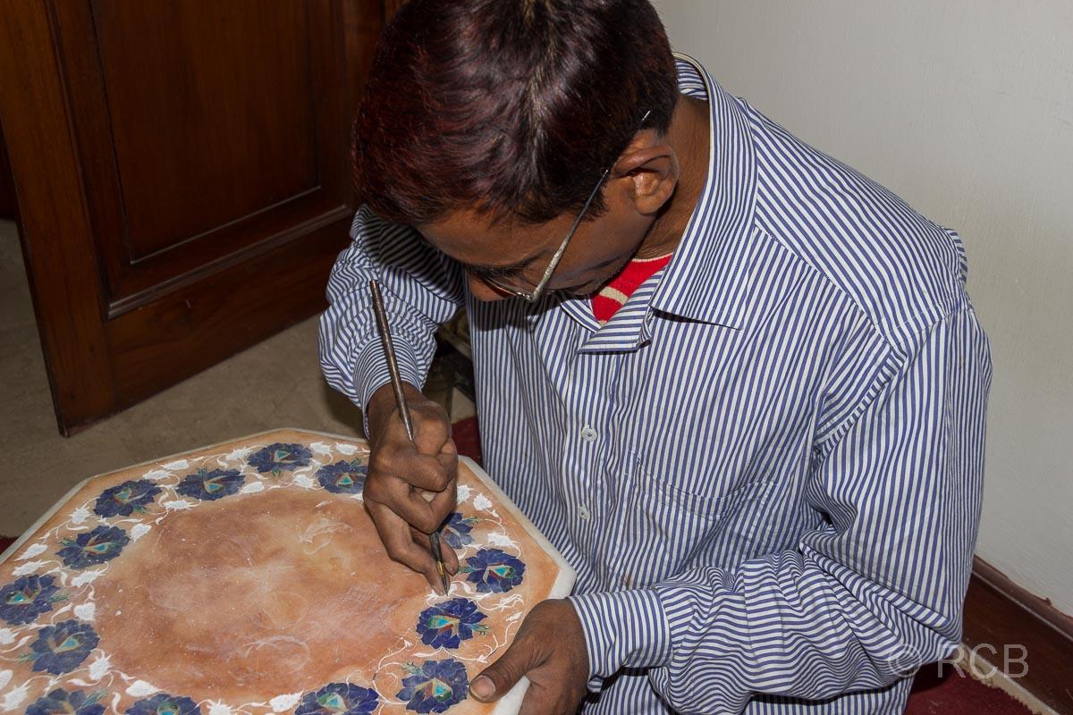 Agra, Handwerker in einer Piedra-Dura-Werkstatt