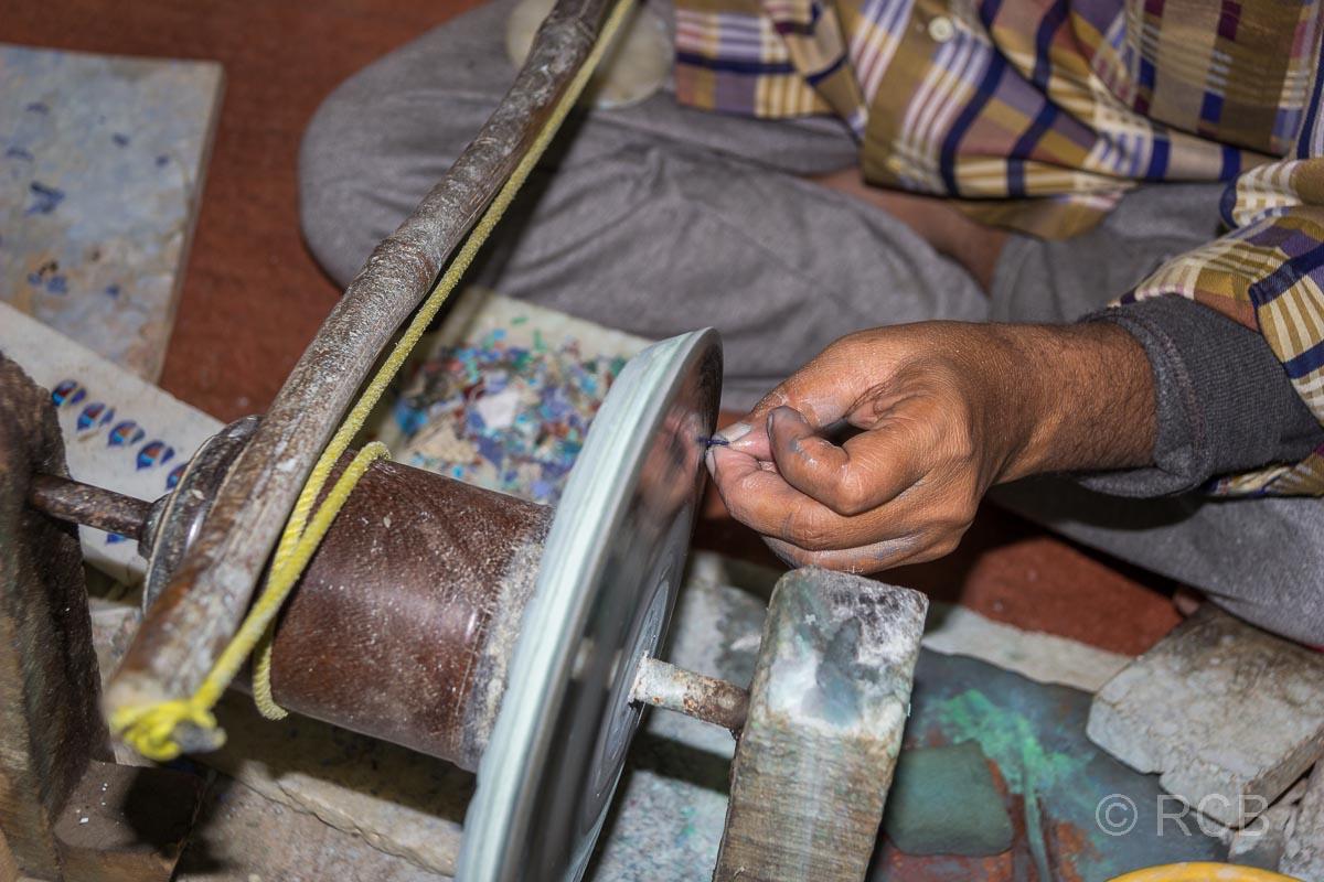 Agra, Steinschleifer in einer Piedra-Dura-Werkstatt
