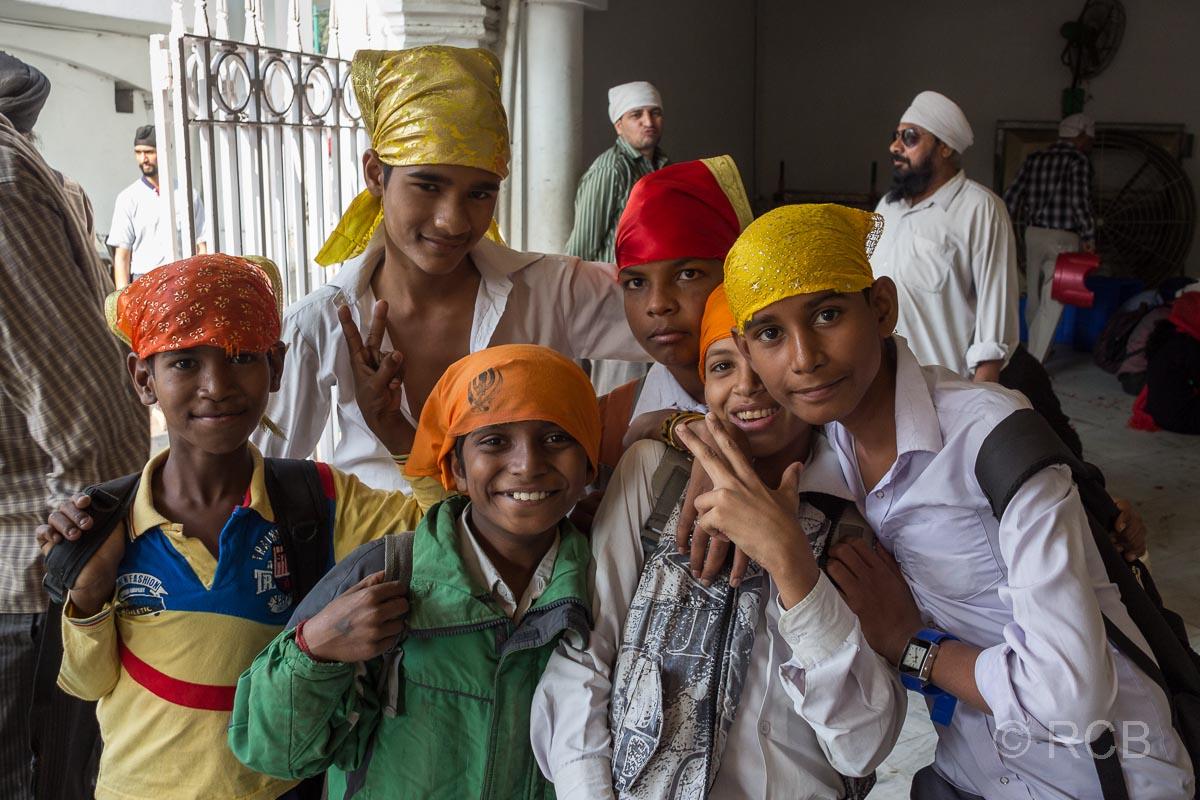 Kinder im Sikh-Tempel Bangla Sahib Gurudwara, Delhi
