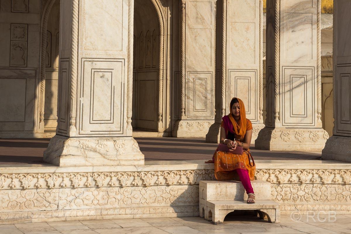 Agra, Rotes Fort, Frau vor den Marmorgemächern von Shah Jahan