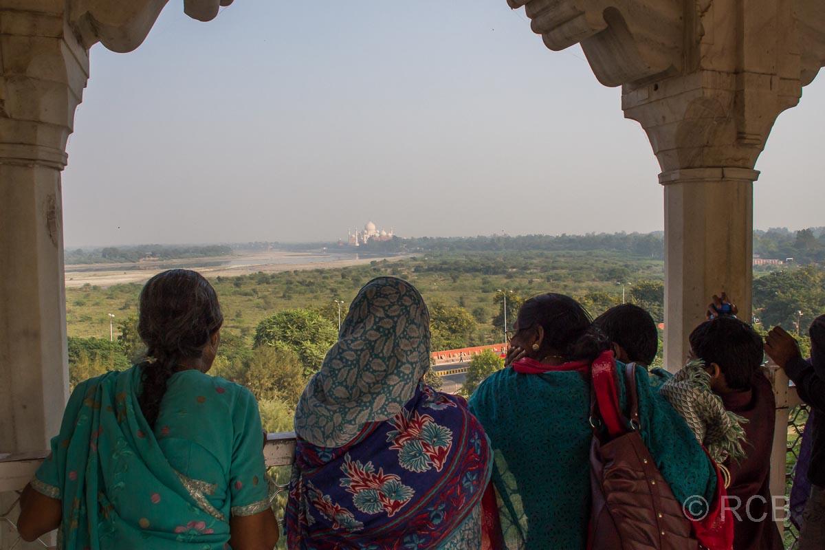 Agra, Rotes Fort, Frauen blicken hinüber zum Taj Mahal