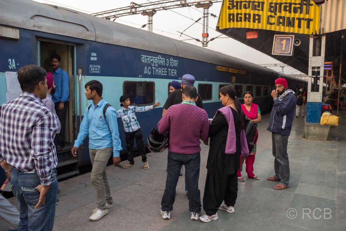 Agra, Bahnsteig mit Zug im Bahnhof Cantonment