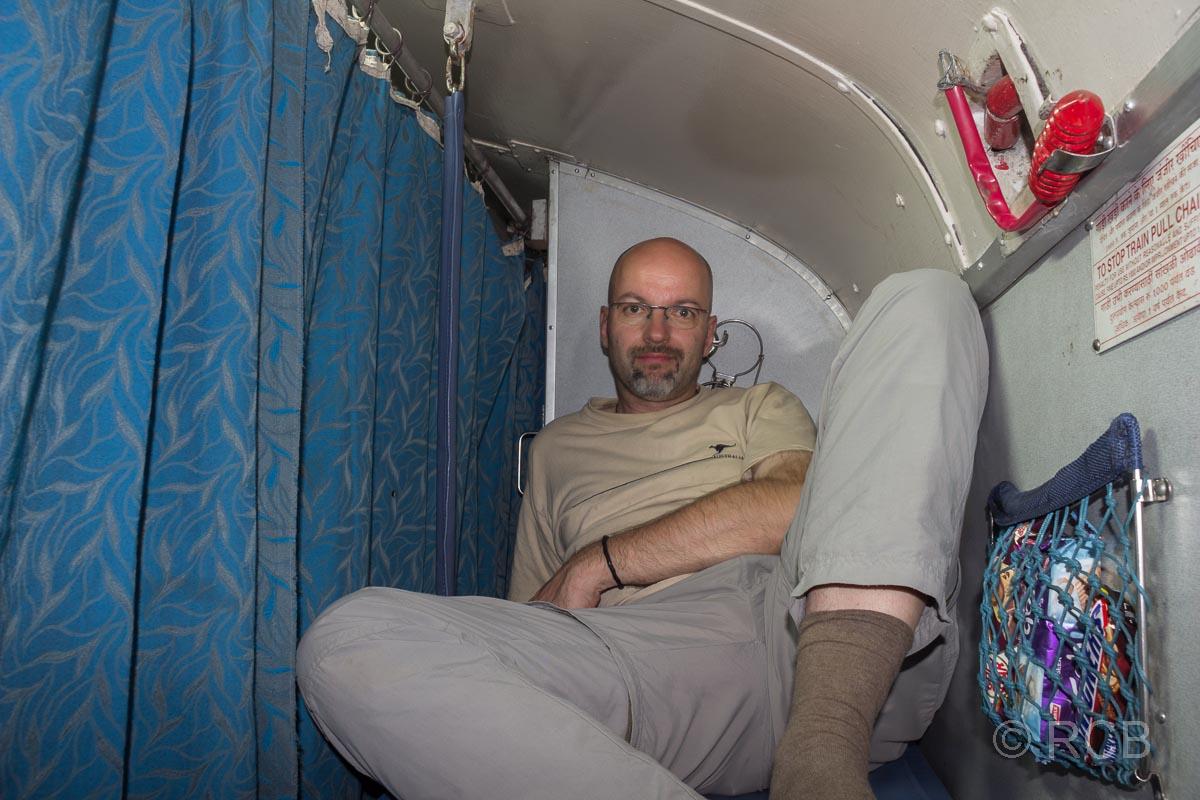 Mann auf seiner Liege im Nachtzug nach Jabalpur, 2. Klasse A/C