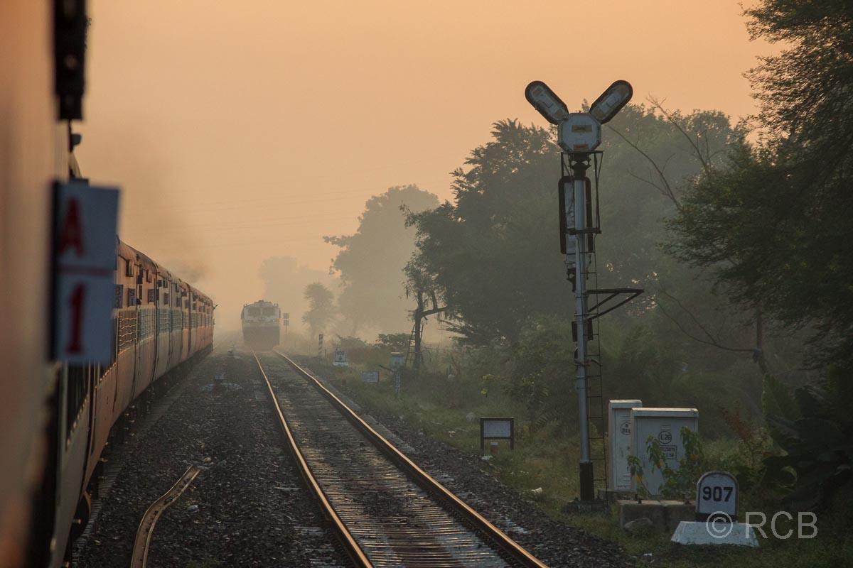 Nachtzug kurz vor Jabalpur auf den Gleisen im Morgengrauen