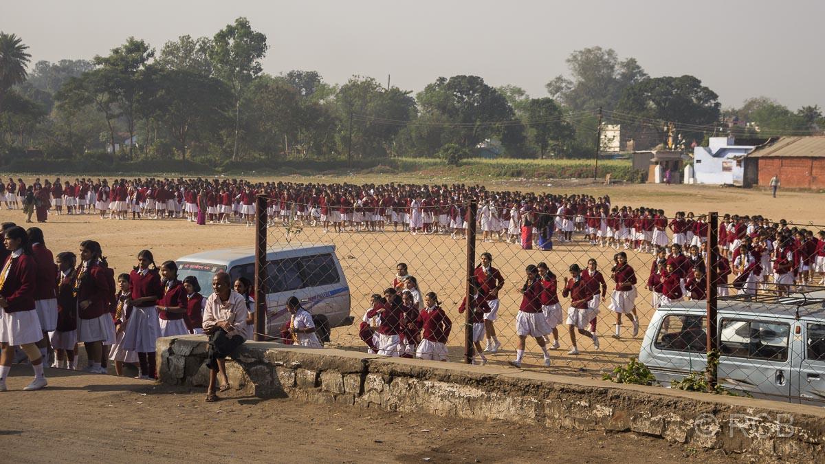 Hunderte Mädchen in Schuluniform auf der Fahrt durch Madya Pradesh