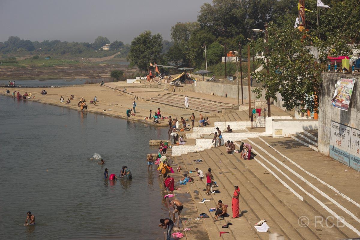 Badende am Flussufer auf der Fahrt durch Madya Pradesh