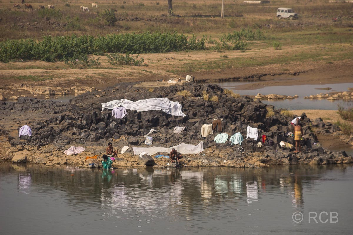 Frauen waschen Wäsche am Flussufer in Madya Pradesh
